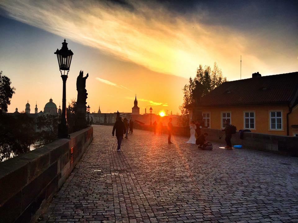 sunrise-charles-bridge-prague-wanderlust-and-life